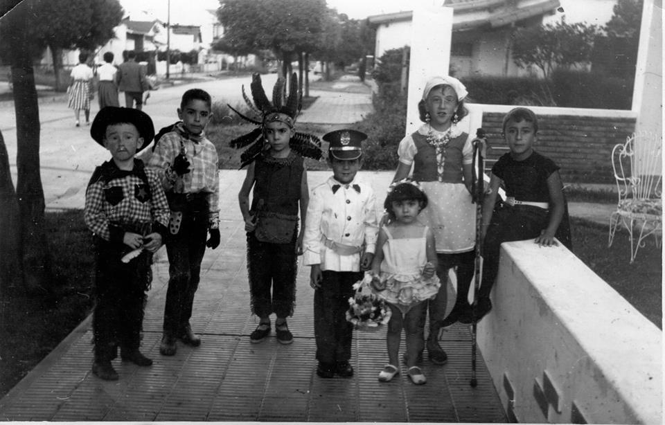 Carnaval en Castelar, calle Buchardo entre Guido Spano y Victorino de la Plaza, 1961